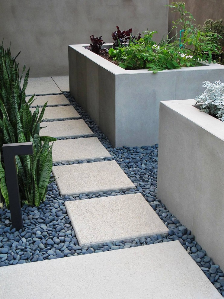 Галька, бетон и камень в дизайне огорода на небольшом приусадебном участке