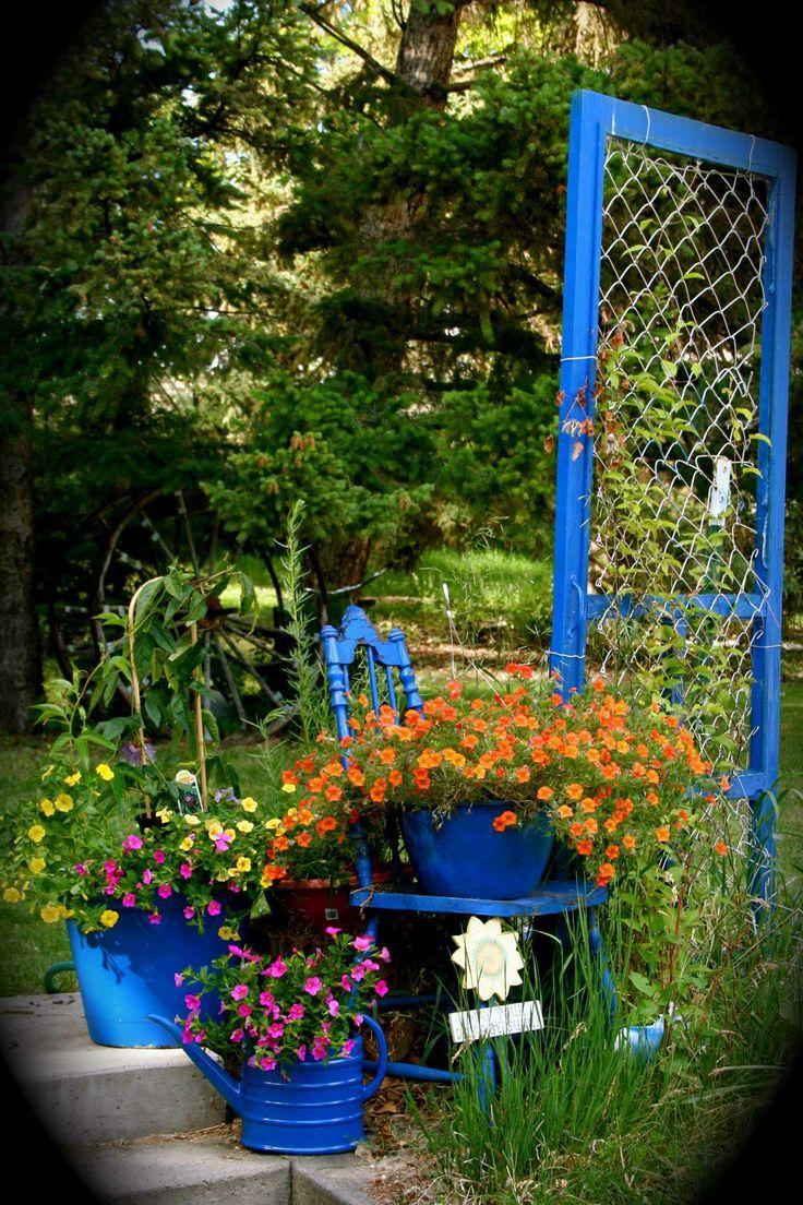 Композиция из цветов на участке
