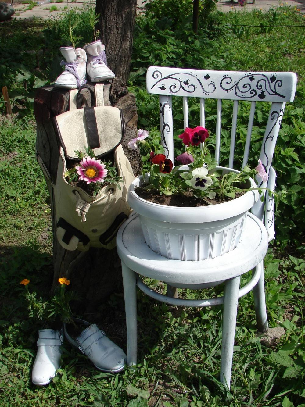Композиция из стула, рюкзака и старой обуви