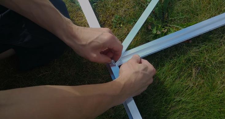 Крепление укосины к нижней горизонтальной балке