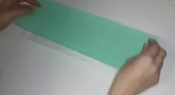 На пленку укладывается туалетная бумага