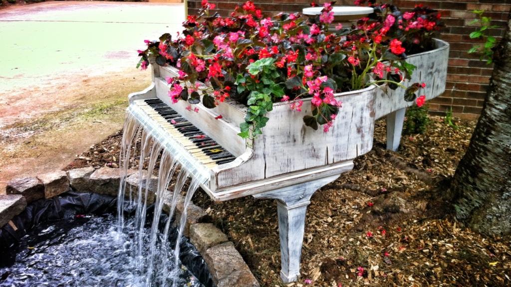Оригинальная клумба и водопад из старого пианино