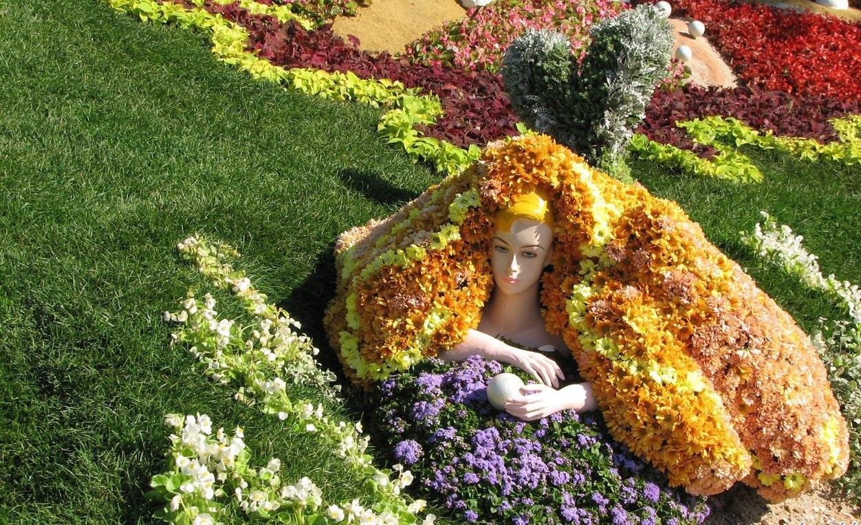 Оригинальные цветочные клумбы привлекают внимание