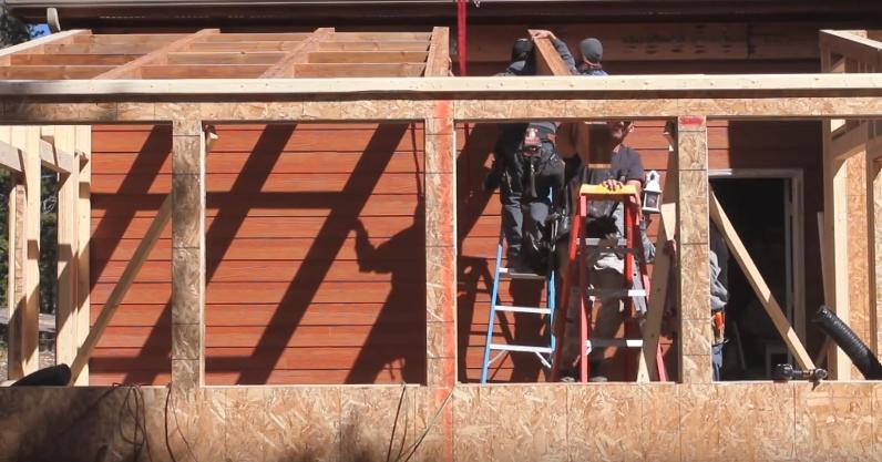 Процесс монтажа каркаса крыши