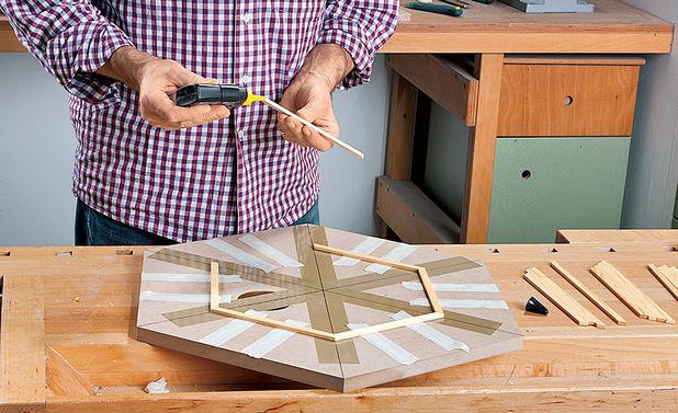 Рейки пола смотровой площадки клеятся с использованием шаблона