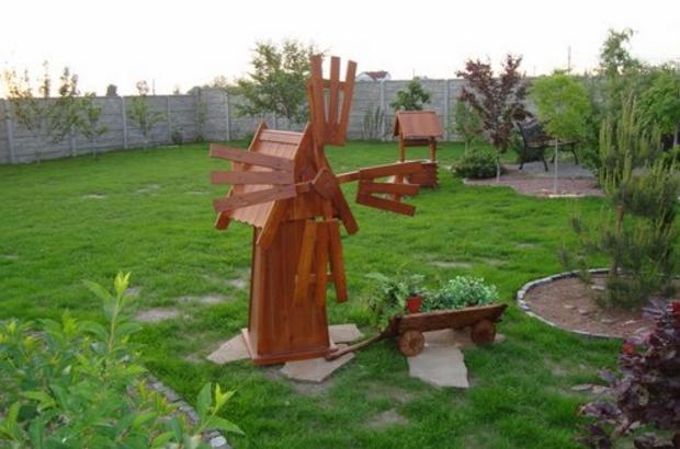 Садовая мельница с платформой, сделанной в виде плоских камней