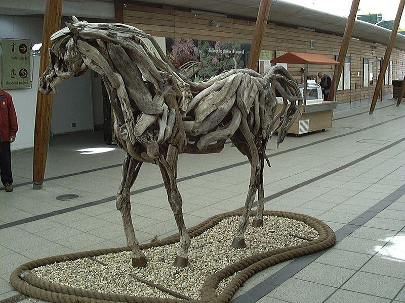 Скульптура лошади из сухих корней и веток