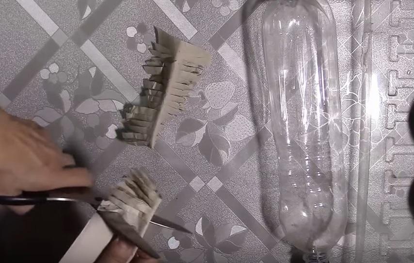 Туалетная бумага режется на маленькие кусочки