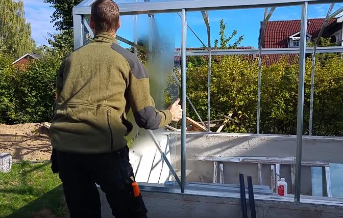 Установка первого листа стекла