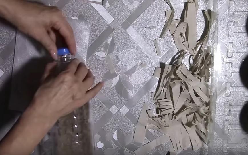 Закручивается крышечка бутылки