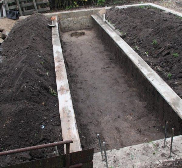 Заливка фундамента в той части экотеплицы, которая отведена под выращивание с/х культур. Слева и справа – грядки, посередине – дорожка