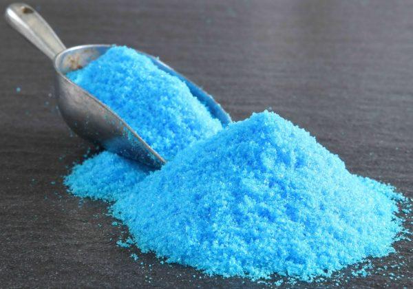 Медный купорос имеет насыщенный голубой оттенок