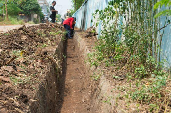 Одним из способов борьбы с грунтовыми водами является создание водоотводного канала