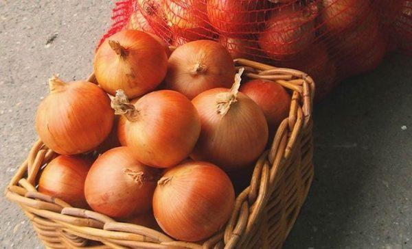 Плетеные корзины предотвращают запотевание луковиц