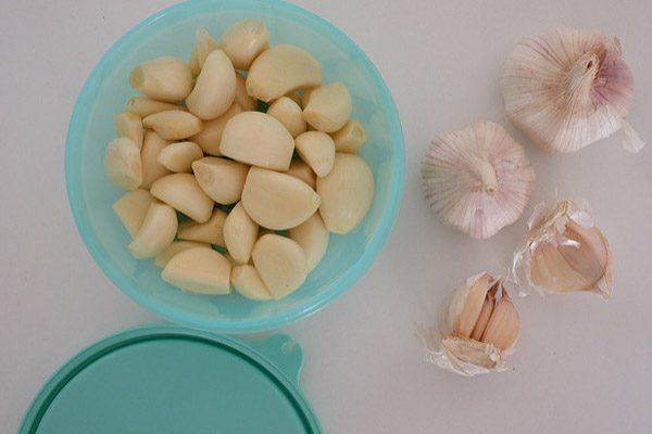 Растолченный чеснок убивает возбудителей грибка и предотвращает рецидивы недуга