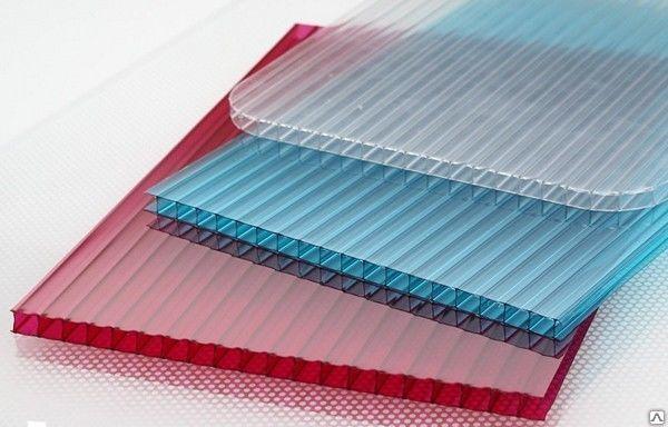 Сотовый поликарбонат создает дополнительную теплоизоляцию для кустов малины