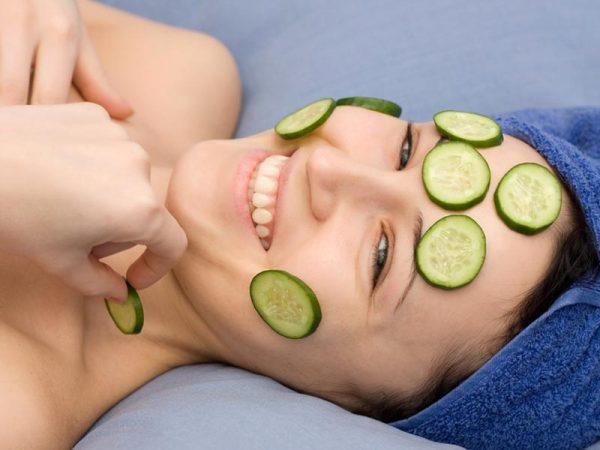 Огурцы не только на лицо кладут в виде масок, но и используют в диетическом питании от многих заболеваний