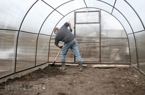 Вскапывание грунта после удаления растений