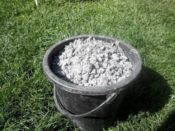 Древесная зола - хорошее удобрение для лука