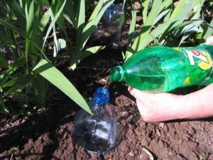 Заливаем воду в бутылку через горловину