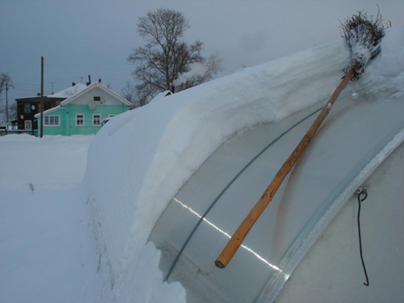 Работы по очистке от снега теплицы во время зимнего ухода
