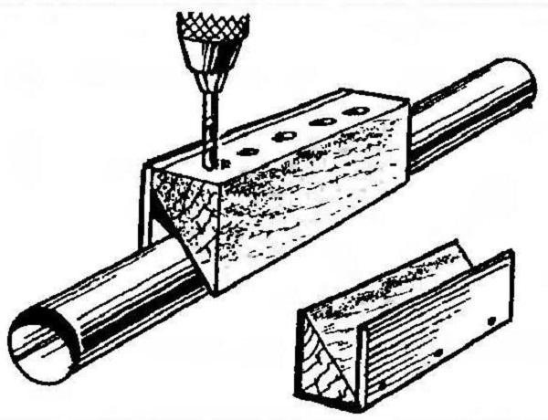 Схема сверления отверстий при помощи простейшего деревянного кондуктора