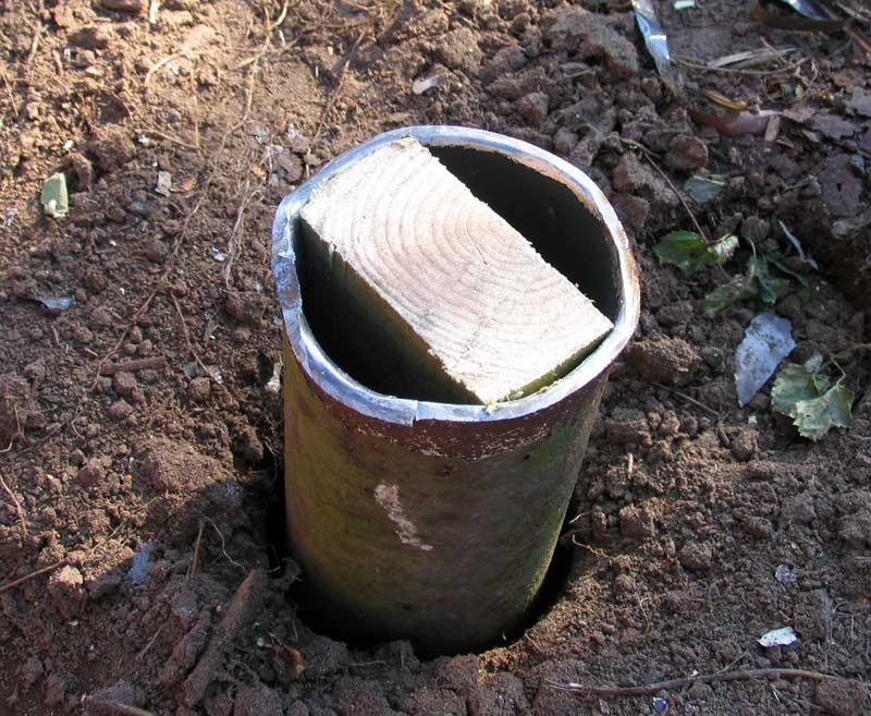 Точечный вариант фундамента. В землю помещаются металлические трубы, а в них забиваются брусья для фиксации балки