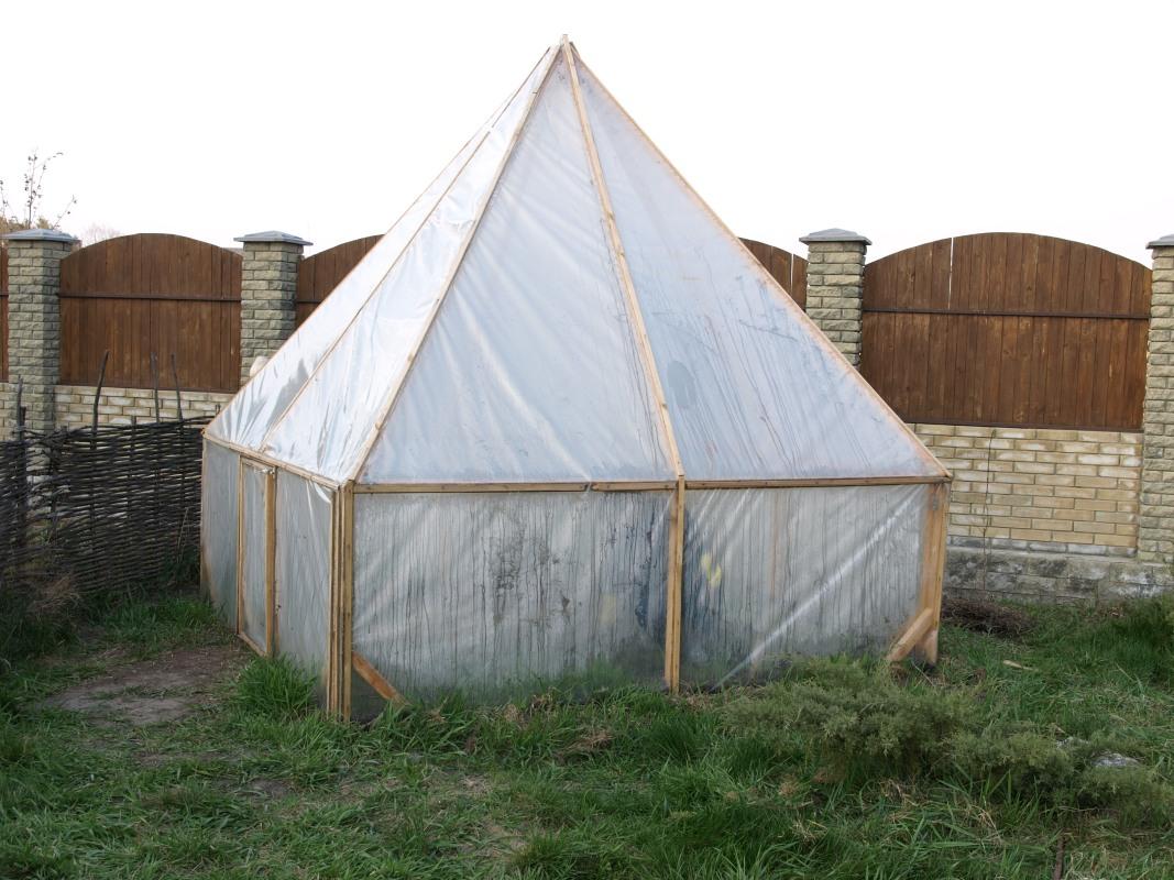 Еще один пример пленочной теплицы-пирамиды