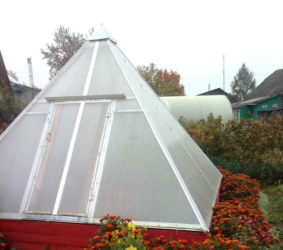 Пирамидальная теплица обшита поликарбонатом