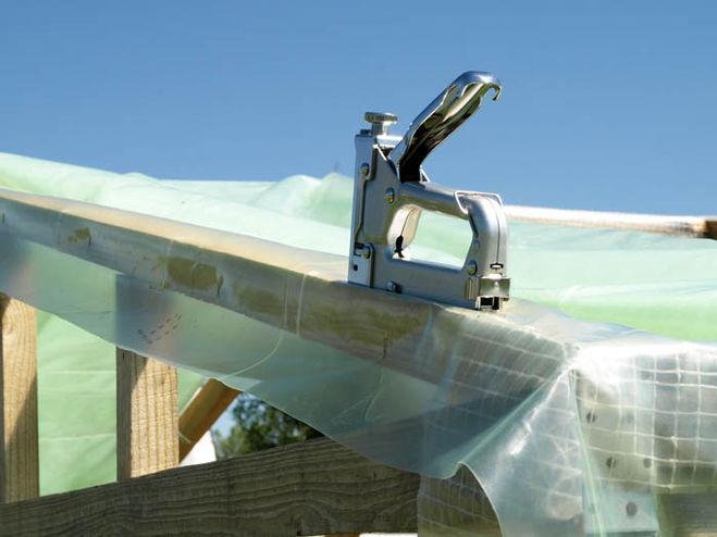 Для работы удобно использовать строительный степлер