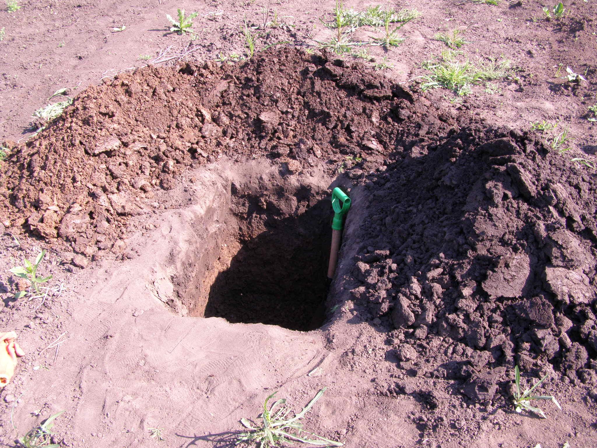 Глубина ямы должна составлять 70 см