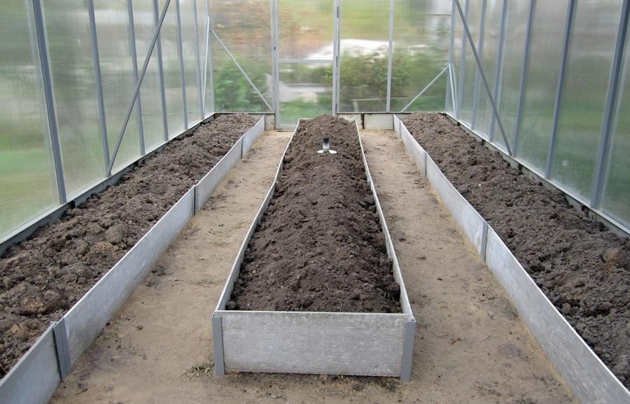 Грядки засыпаются 30-сантиметровым слоем почвы