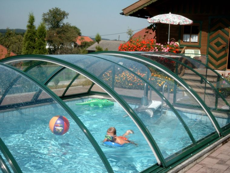 Навес из поликарбоната — отличное укрытие для бассейна