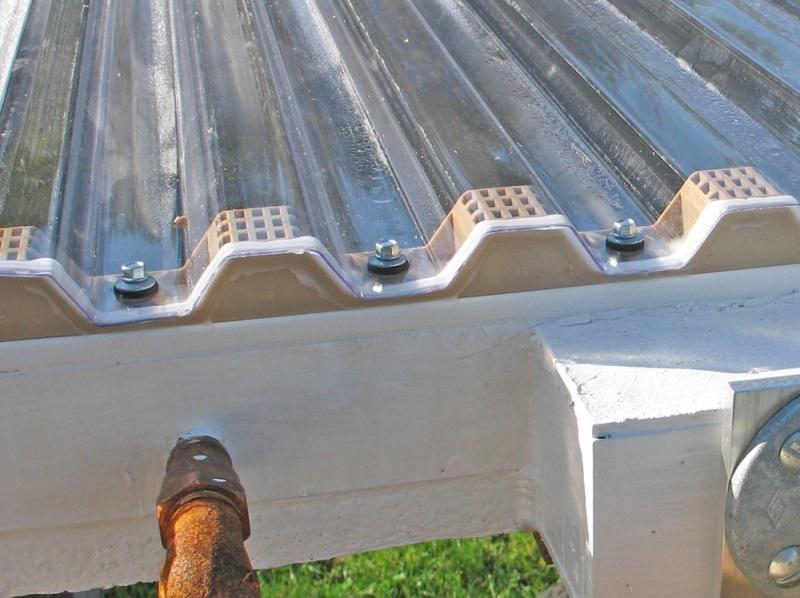 Профильный поликарбонат закреплен на горизонтальной поверхности