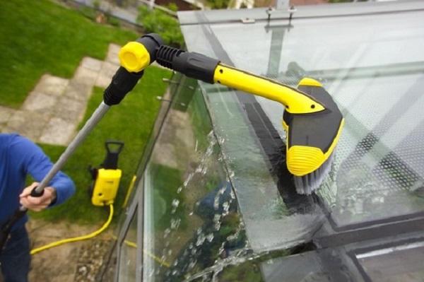 Уход за теплицей путем очистки стенок и крыши готовым средством