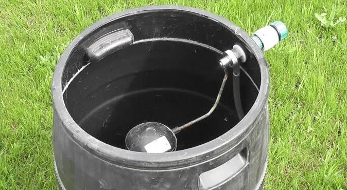 Запорный клапан с поплавковым механизмом, установленный в баке для воды
