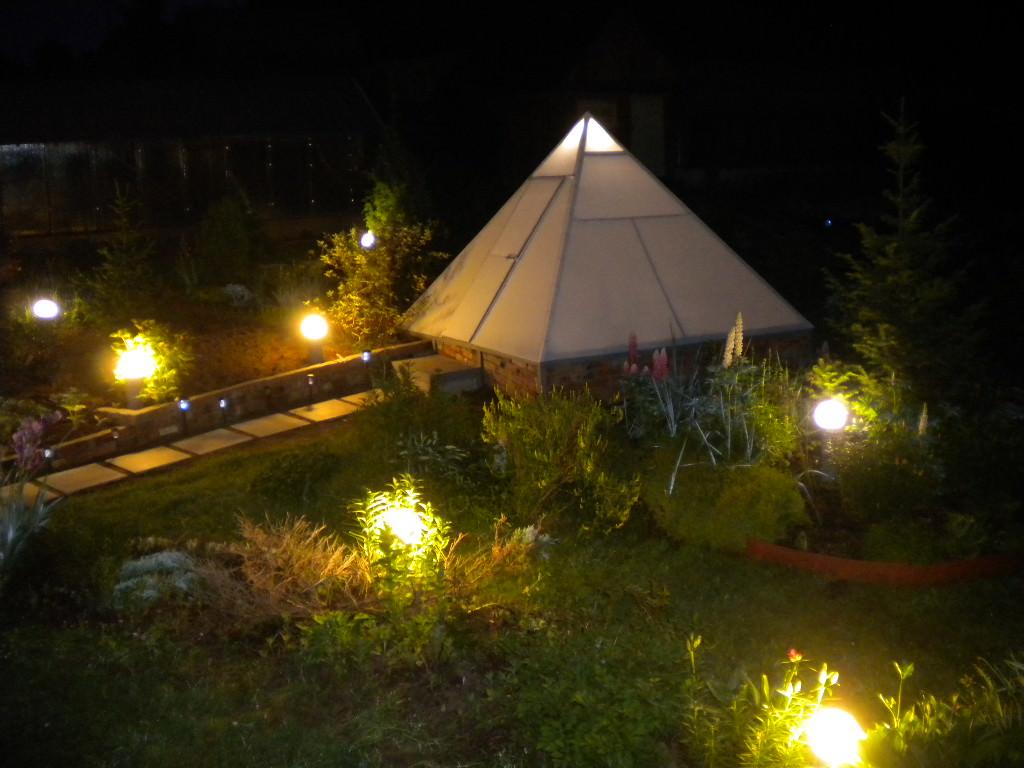 Теплица-пирамида – настоящее украшение дачного участка