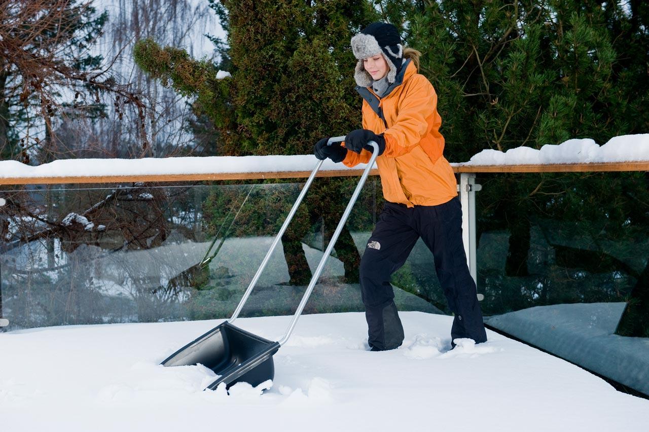 Для чистки дорожек от снега удобно использовать скреперы - специальные приспособления для уборки