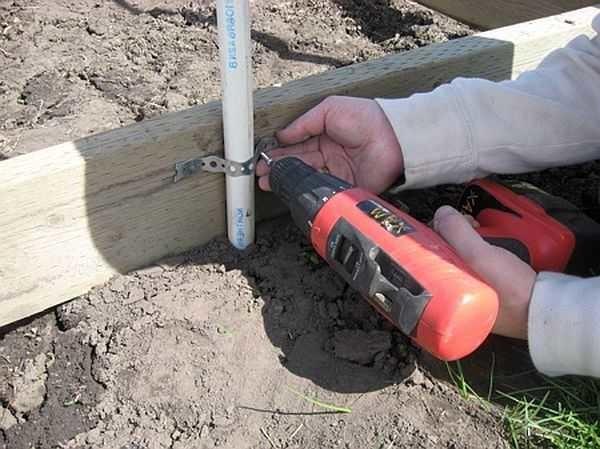 Крепится труба к брусу основы при помощи перфорированной металлической ленты