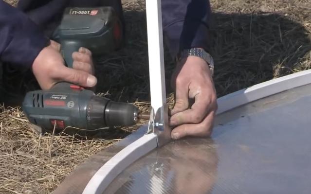 Крепление горизонтальной стяжки к торцу теплицы