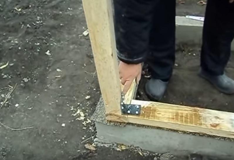 Крепление вертикальной стойки к нижней обвязке
