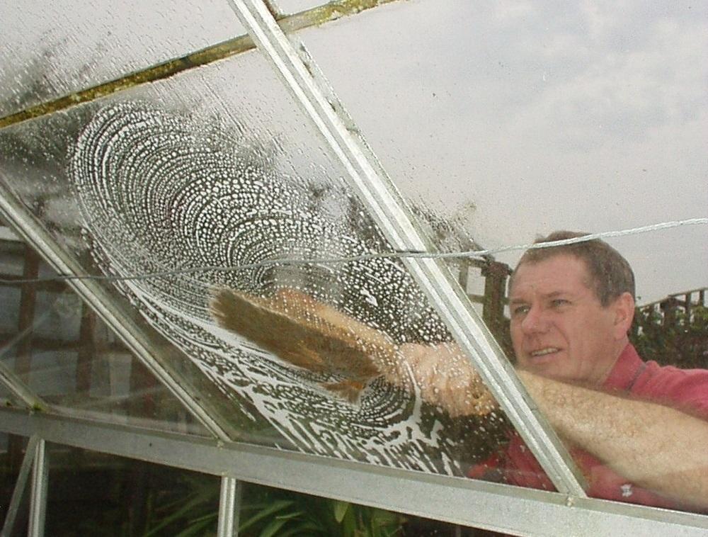 Мытье поликарбоната мыльной водой