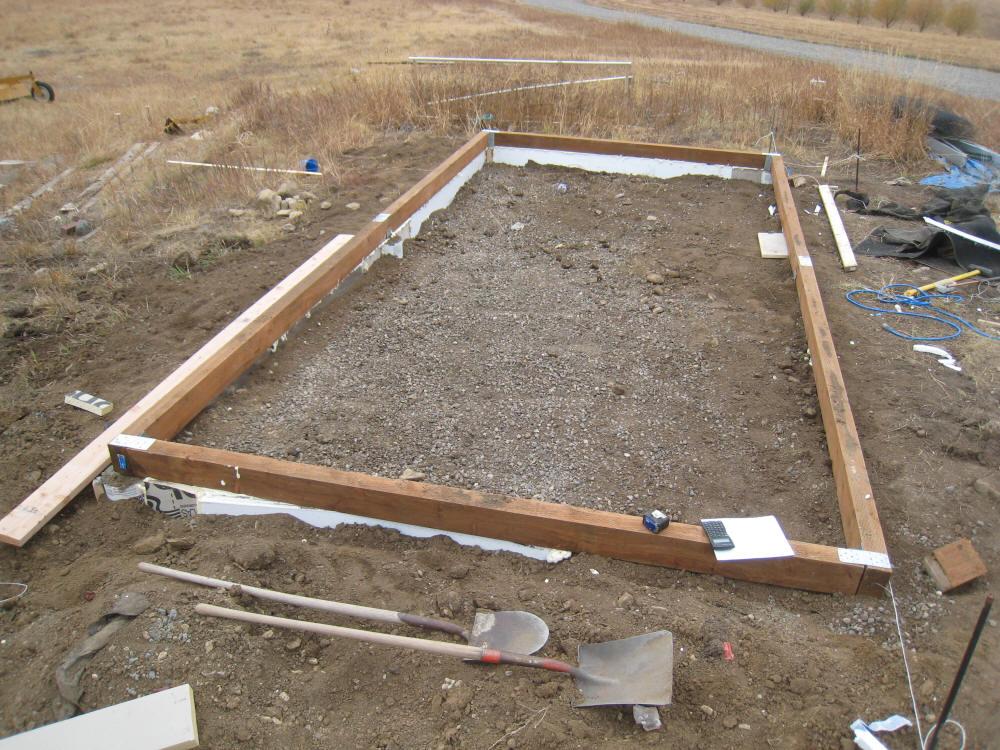 Новый деревянный фундамент теплицы