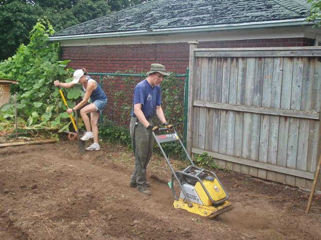 Перед сооружением фундамента с участка снимают верхний слой почвы