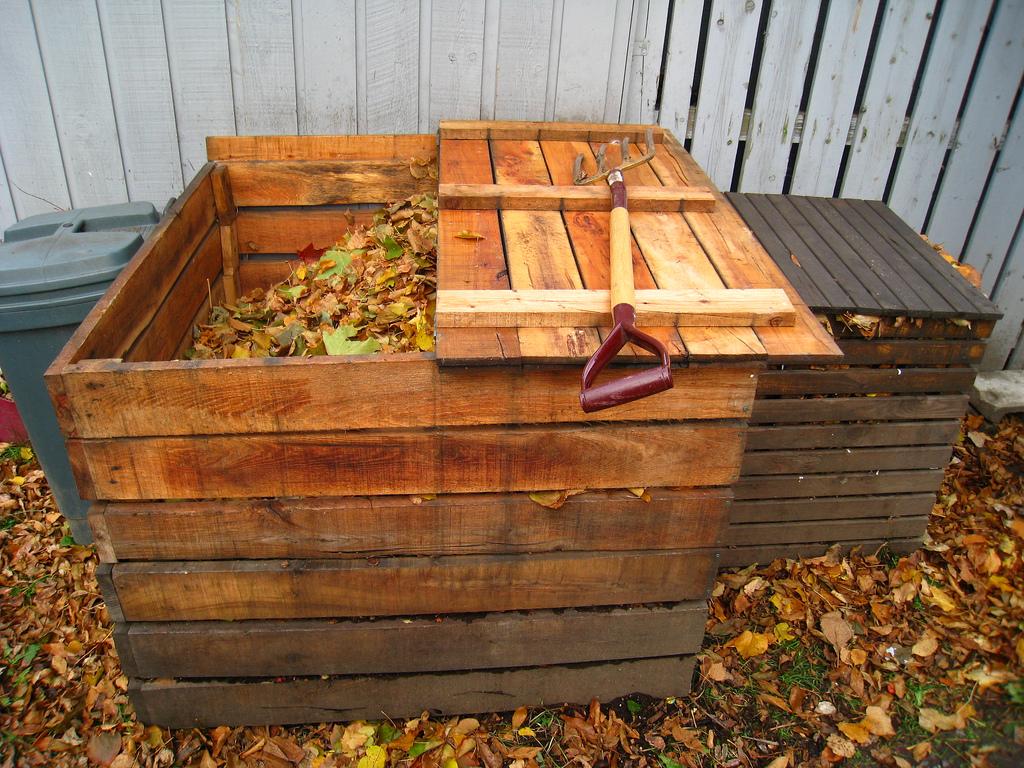 Перекопка компостной кучи осенью