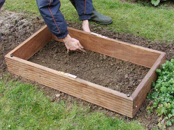 Под одной из стенок можно сделать бугорок из почвы