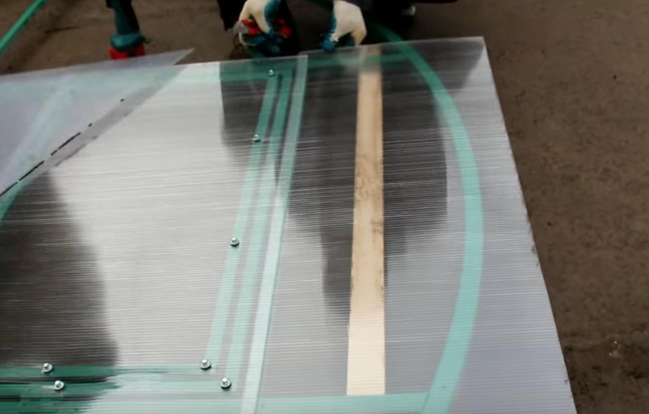 Поликарбонат подкладывается под кусок, прикрученный к форточке