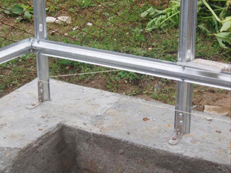 Пример крепления каркаса к бетонному основанию