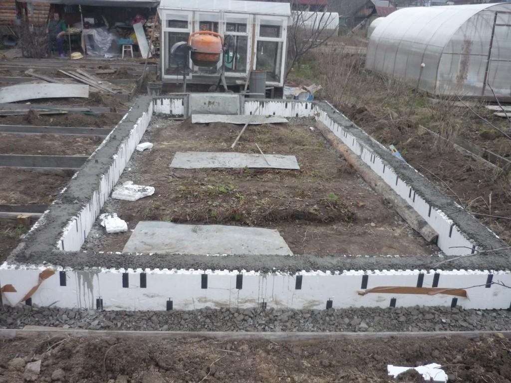 Прочный фундамент будет мощной опорой каркаса постройки, а прочный теплый фундамент под теплицу еще и сможет защитить растения от холода