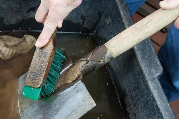 Садовые инструменты нужно помыть и убрать